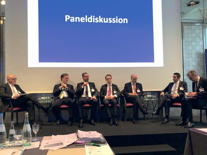 Paneldiskussion: Jens Uhlendorf, Dr. Maximilian Findeisen, Dr. Nils Mengen, Florian Leis, Dr. Martin Rappert, Alexander Thees und Dr. Franz-Josef Schöne (v.l.n.r.)